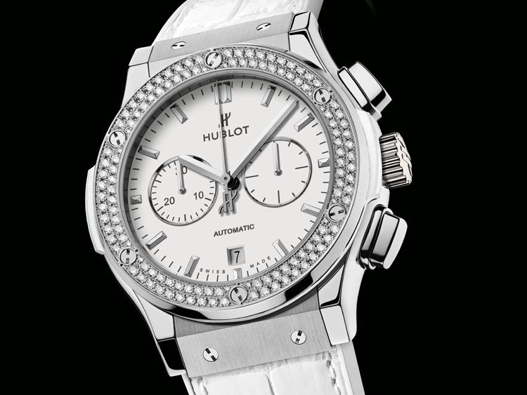 d04f13b6119 O conjunto é completado com uma pulseira branca com fecho de báscula em  couro de crocodilo branco costurado sobre borracha